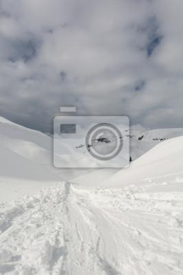 Fototapeta Trasy narciarskie prowadzące w góry
