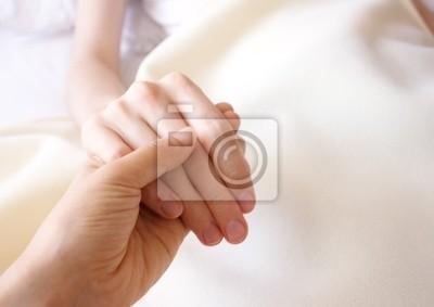 Fototapeta Trzymając rękę chorym bliskiej osoby w szpitalu