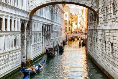 Fototapeta Turyści w gondoli pływających pod Mostem Westchnień w Wenecji