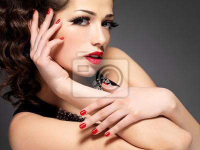 Fototapeta Uroda moda kobieta z czerwonymi paznokciami i makijaż