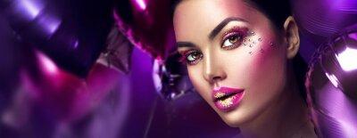 Fototapeta Uroda moda model dziewczyna kreatywnych sztuki makijażu z klejnotów. Kobiety twarz nad purpurowym, różowym i fiołkowym lotniczych balonów tłem