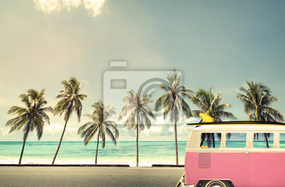 Fototapeta Vintage samochód na plaży z deska surfingowa