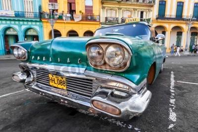 Fototapeta Vintage samochód w kolorowej dzielnicy w Hawanie