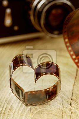 w kształcie serca wykonane z retro negatywu filmowego na desce