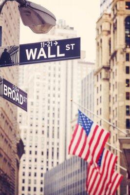 Fototapeta Wall Street i Broad Street podpisuje z flag? Ameryka? Skiej w odleg? O? Ci, p? Ytkiej g ?? bi ostro? Ci, stosowane do tonowania kolorów, Nowy Jork, USA.