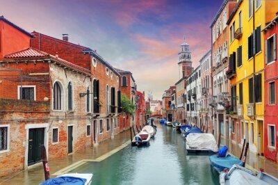 Fototapeta Wenecja góry kanał, kolorowe domy i łodzie, Włochy
