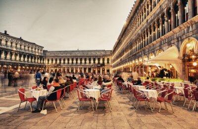 Fototapeta Wenecja, Włochy - 23 marca 2014: Turyści korzystają kawiarni na Piazza San