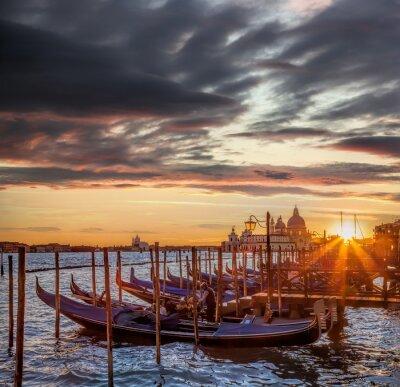 Fototapeta Wenecja z gondoli przeciwko kolorowe słońca we Włoszech