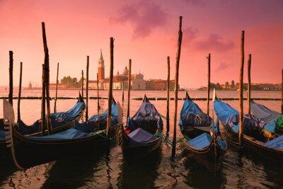 Fototapeta Wenecja z gondoli znanych w delikatnym różowym sunrise światła,
