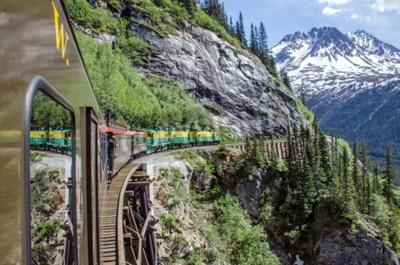 Fototapeta White Pass Yukon Route Railroad podróżuje wzdłuż klifów zmierzających do Skagway, Alaska
