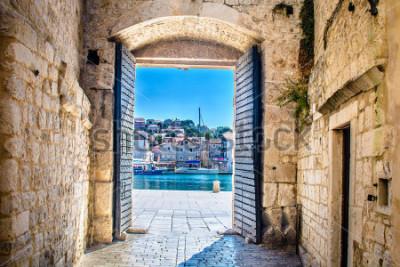 Fototapeta Widok na miasto bramą w starym śródziemnomorskim grodzkim Trogir, Chorwacja Europa. / Brama miejska Trogir. / Selektywna ostrość.