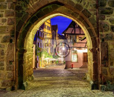 Fototapeta Widok Riquewihr, Alzacja, we Francji, przez bramę miasta ścianki w nig