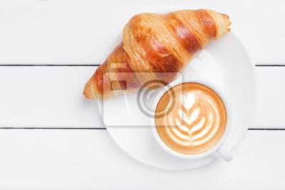 Fototapeta widok rogalik kawy z powyżej drewniane białe tło