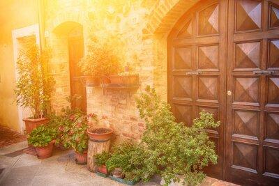Fototapeta Widok starożytnej starych europejskich miast. Ulica Pienza, Włochy z drewnianymi drzwiami. Sunny tle podróży.