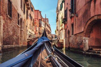 Fototapeta Widok z gondoli podczas jazdy po kanałach Wenecji í