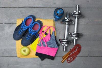Fototapeta widok z góry na kolorowe sprzęt fitness na drewnianej podłodze