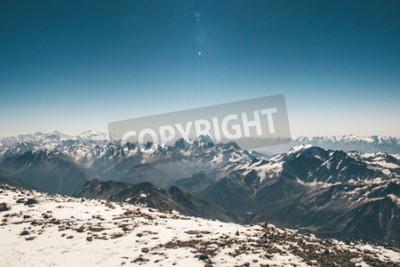 Fototapeta Widok z lotu ptaka krajobraz z Elbrus górski szczyt w górach Kaukazu zakres błękitne niebo wspinaczka Podróż pogodne dekoracje dzikiej przyrody spokojny sceneria sceny słoneczny dzień 5621m wysokość