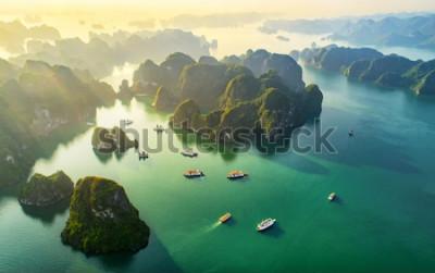 Fototapeta Widok z lotu ptaka pływająca wioska rybacka i skały wyspa, Halong zatoka, Wietnam, Azja Południowo-Wschodnia. Światowego Dziedzictwa UNESCO. Rejs śmieciową łodzią do zatoki Ha Long. Popularny punkt or