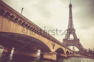 Fototapeta Wieża Eiffla i most Jena w pochmurny dzień