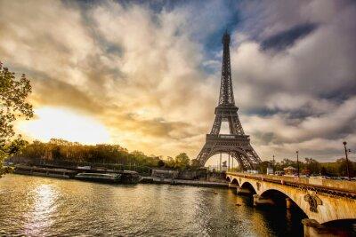 Fototapeta Wieża Eiffla z łodzi na Sekwanie w Paryżu, Francja