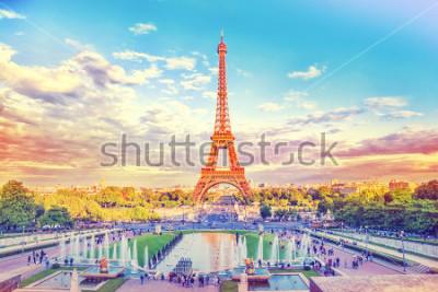 Fototapeta Wieża Eifla i fontanna przy Jardins Du Trocadero, Paryż, Francja. Podróżuje tło z retro kolekcji instagram filtrem