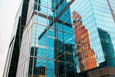 Fototapeta Wieżowce w centrum miasta. Nowoczesne budynki projekt i odbicie w szybie.
