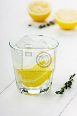 Woda z cytryny i kostki lodu na tablicy