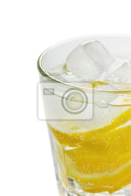 Fototapeta Woda z cytryny i kostki lodu samodzielnie (selektywne focus)