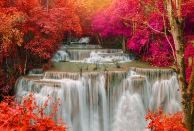 Fototapeta Wodospad w głębokim lasów tropikalnych dżungli (Huay Mae kamień wodospad i