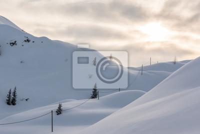 Fototapeta Wschód słońca na śnieżny samolotów i słupów energetycznych