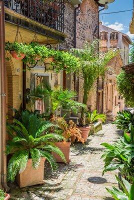 Fototapeta Wspaniałe urządzone ulicy w małym miasteczku we Włoszech, w Umbrii