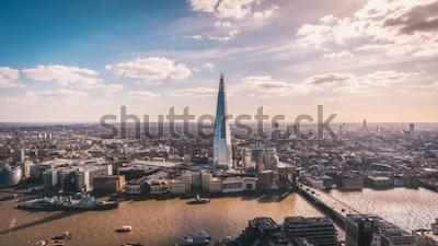 Fototapeta Wspaniały widok na panoramę Tamizy, Shard, panoramę Londynu i panoramę miasta z wieżowca. Zdjęcie lotnicze nad wielkim miastem.