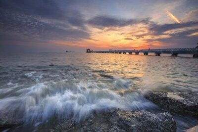 Fototapeta Wspaniały zachód słońca nad morzem i molo w tropikalnym raju