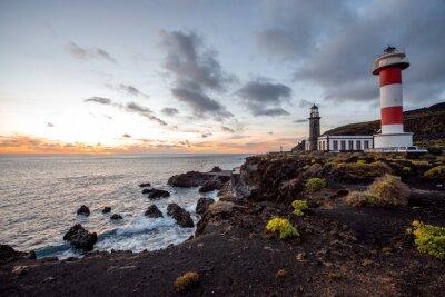 Fototapeta Wulkaniczny krajobraz z latarni w pobliżu fabryki soli Fuencaliente na wyspie La Palma w Hiszpanii