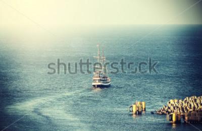 Fototapeta Wybierz obrazek stary żeglowanie statek opuszcza port.