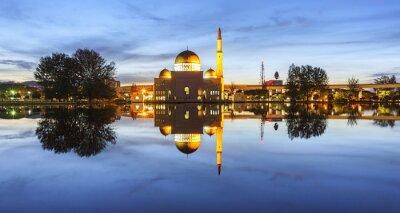 Fototapeta Wyświetlanie i odbiciem Assalam Meczet niebieskim godzinę. Obraz ma ziarna lub rozmyte lub hałas i miękki, gdy widok w pełnej rozdzielczości. (Shallow DOF, nieznaczne poruszenie)