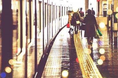 Fototapeta 駅 の プ ラ ッ ト ホ ー ム を 歩 く 人 々, 光景