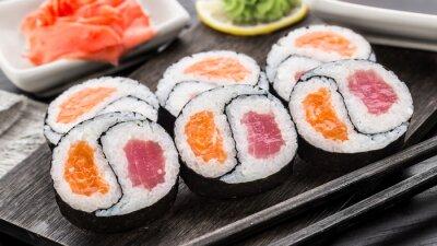 Fototapeta Yin Yang futomaki z tuńczykiem i łososiem