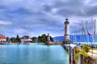 Fototapeta Z widokiem na port na wyspie Lindau nad Jeziorem Bodeńskim w południowych Niemczech z jego historycznej latarni.