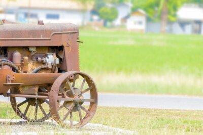 Fototapeta zabytkowy traktor w ryżowym