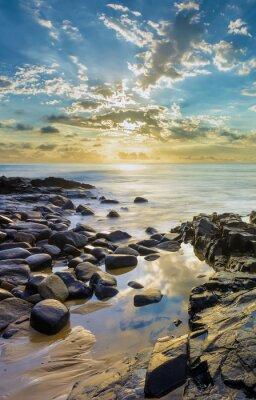 Fototapeta Zachód słońca na skalistej plaży