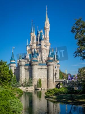 Fototapeta Zamek Kopciuszka w dzień w Orlando na Florydzie. Magic Kingdom jest najczęściej odwiedzanym parku rozrywki
