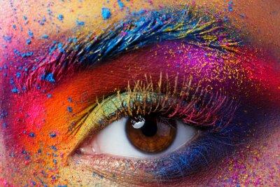 Fototapeta Zamknąć widok kobiecego oka z jasnym mody wielokolorowe MAK