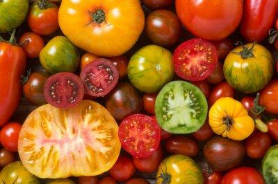Fototapeta Zamknąć z kolorowych pomidorów, niektóre w plasterkach, strzał z góry