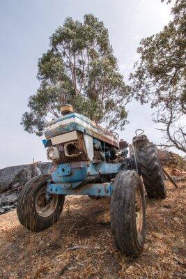Fototapeta Zamknij widok opuszczonych ciągnika na wsi.