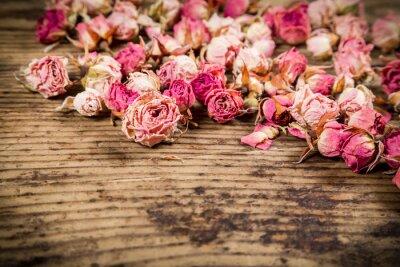 Fototapeta Zbliżenie z suszonych róż na drewnianym tle