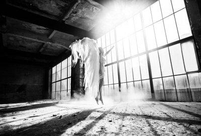 Fototapeta Zdjęcie z osobą i anielskimi skrzydłami