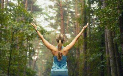 Fototapeta Zdrowy styl życia siłownia sportowy kobieta wcześnie powierzchni leśnej
