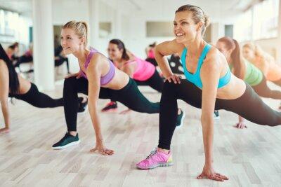 Fototapeta Zdrowych i zdolnych kobiet robi fitness
