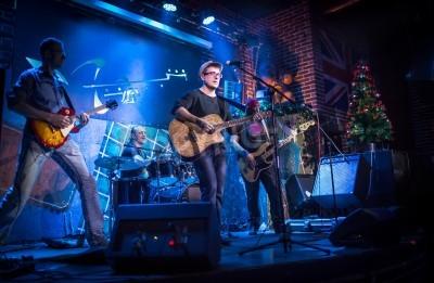 Fototapeta Zespół wykonuje na scenie, koncert muzyki rockowej